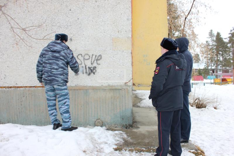 Полицейские совместно с волонтерами закрасили объявления о продаже наркотиков