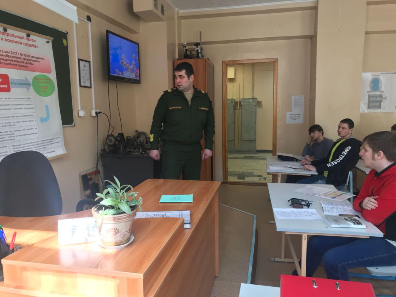 Сотрудники военного комиссариата рассказали старшекурсникам о службе по контракту