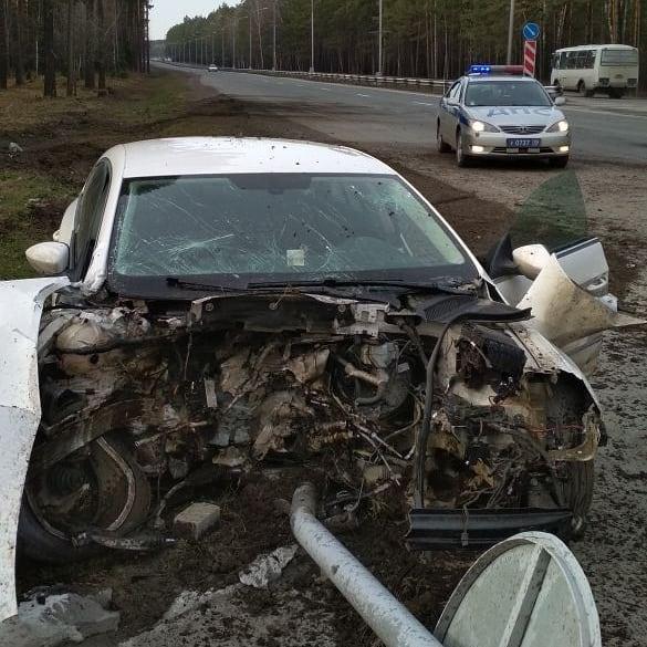 Водитель не справился с управлением и врезался в дерево
