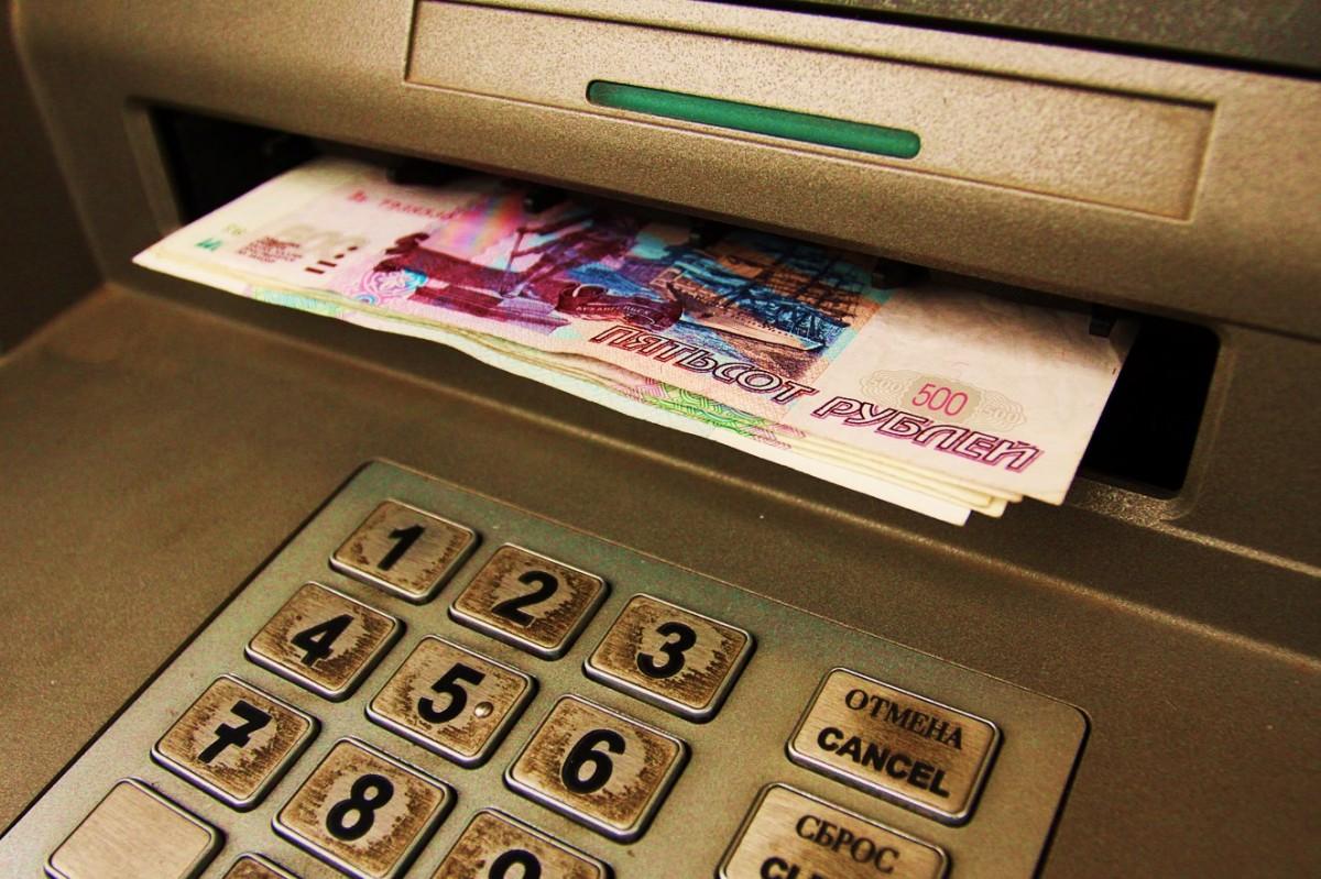 Северчанин снял деньги с банковской карты своего знакомого, пока тот спал