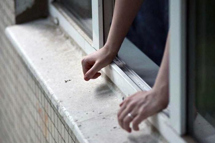 Северчанин вытолкнул из окна дома сожительницу