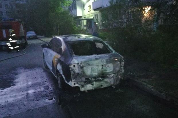 Автомобиль такси подожгли ночью в пятницу
