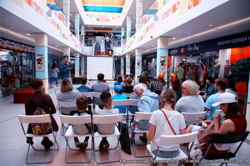 Пожарные провели лекцию и тренировку по эвакуации в торговом центре