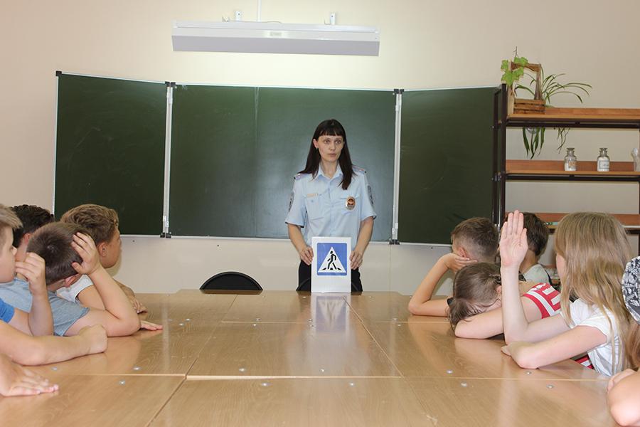 Полицейские провели занятия с детьми, посещающими летнюю образовательную площадку