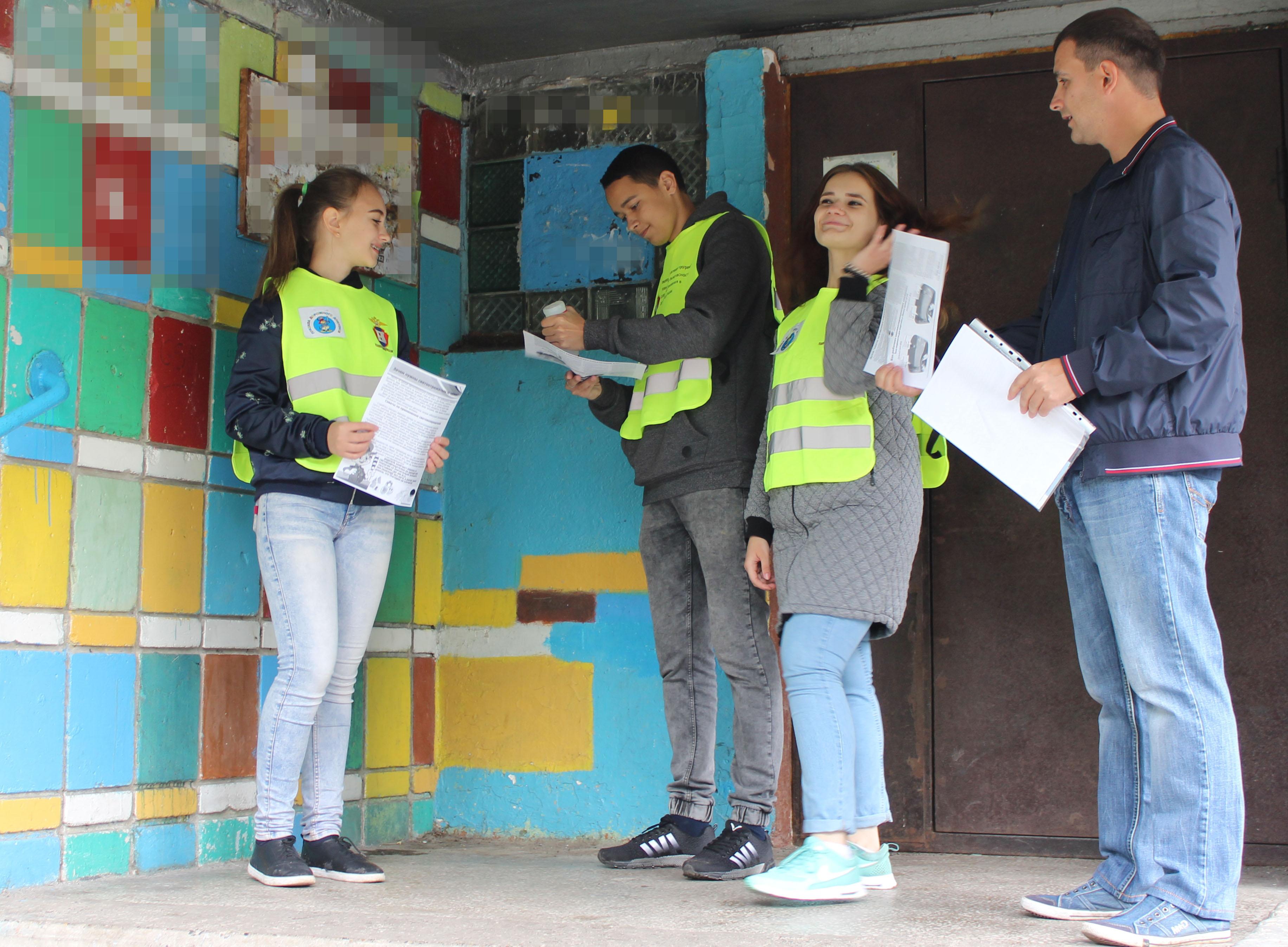ЮИДовцы и Юнармейцы разместили информационные буклеты о световозвращающих элементах