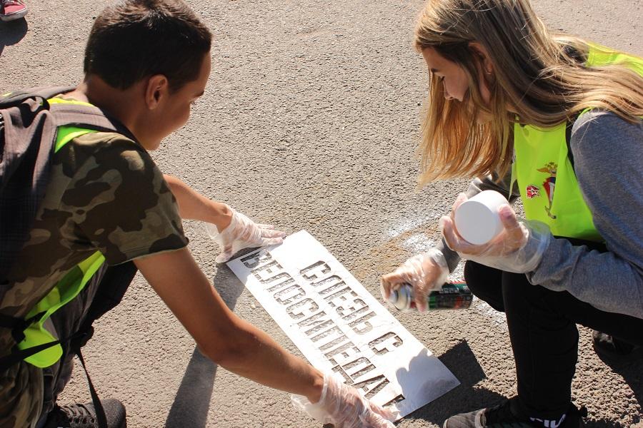 Вблизи пешеходных переходов нанесли надписи, напоминающие о необходимости соблюдения ПДД