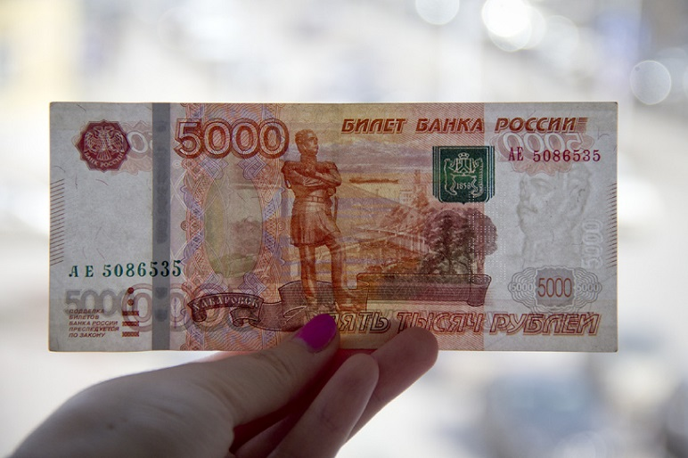 Ранее судимый мужчина украл у северчанки 5000 рублей
