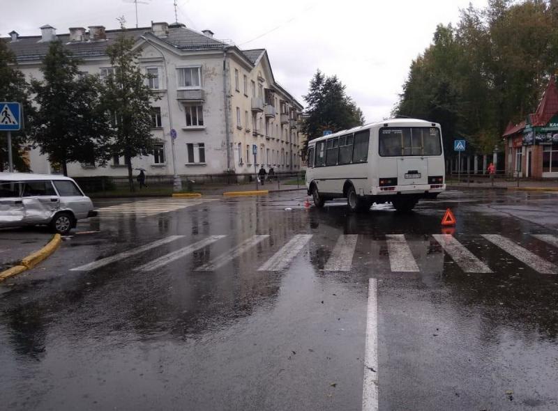 При столкновении автобуса с ВАЗом пострадал 69-летний водитель