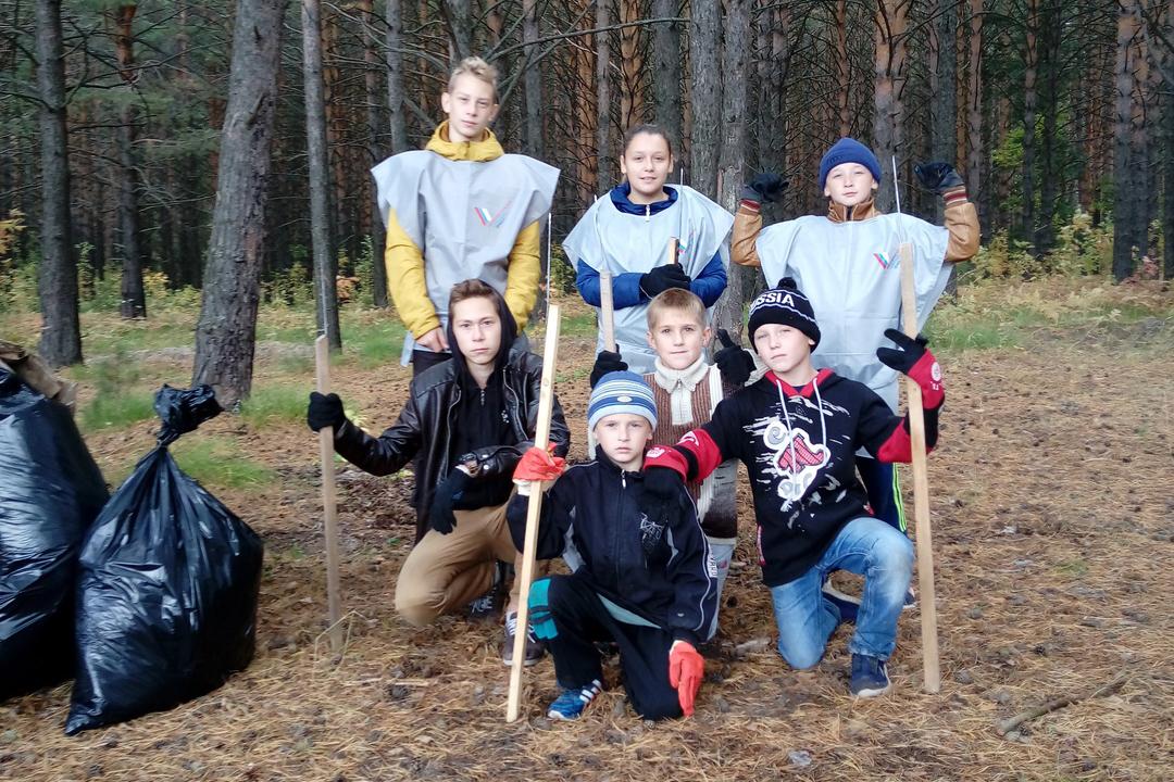 В поселке Самусь школьники очистили около трех гектар леса