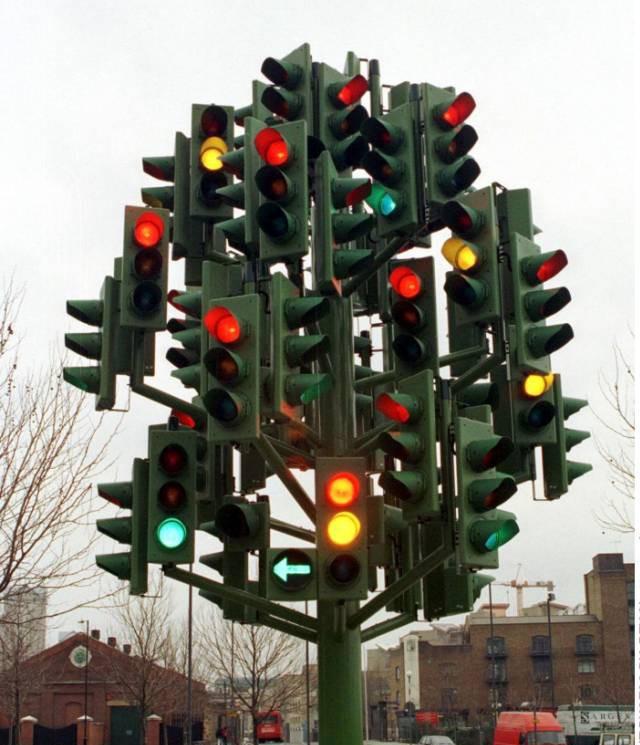 Очень много светофоров для такого города.
