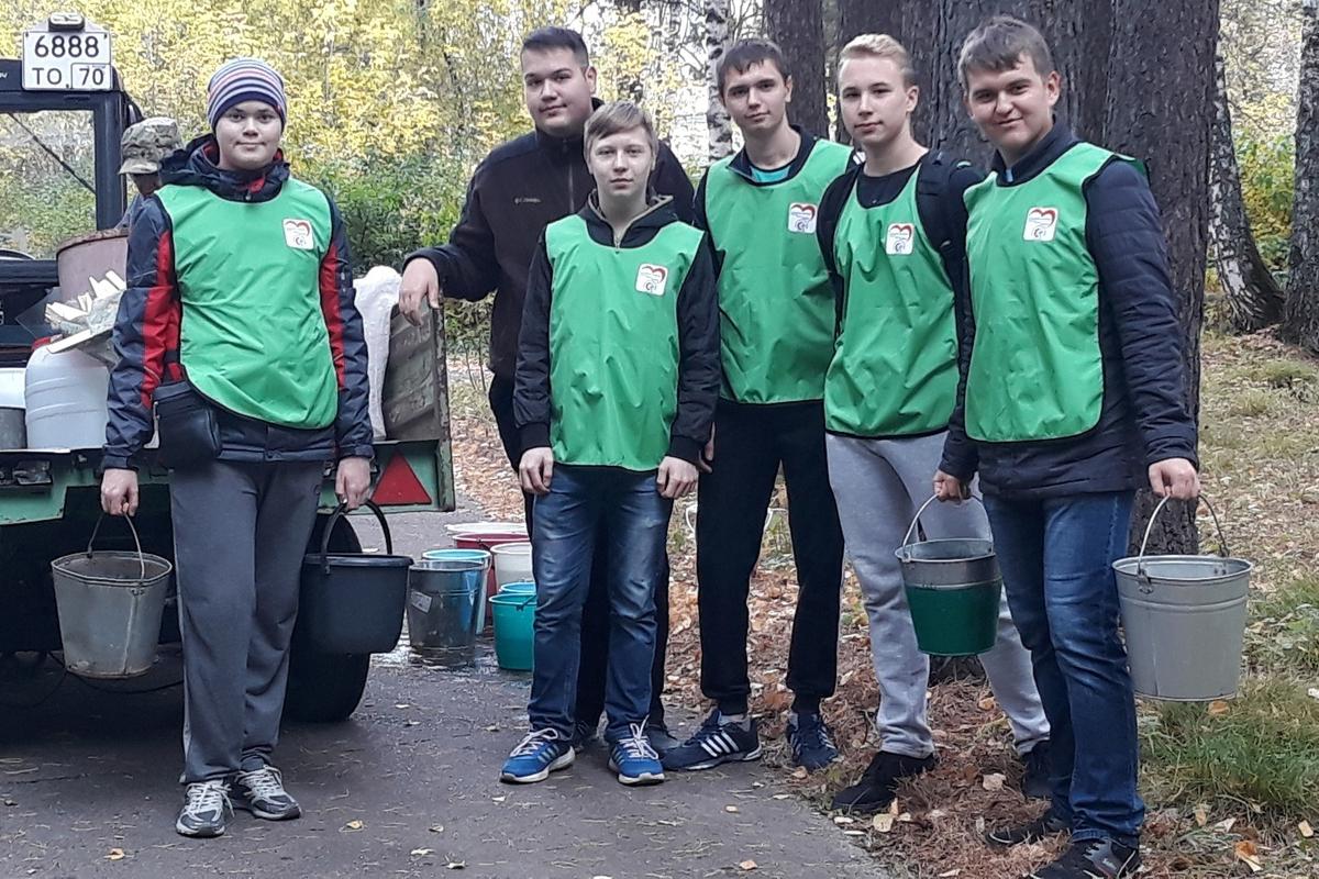 Волонтеры колледжа присоединились к посадке кедров в честь юбилея природного парка