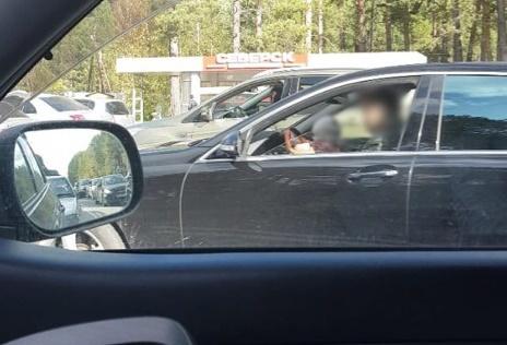 Водителя, управляющего автомобилем с ребенком на руках, оштрафовали на 3000 рублей