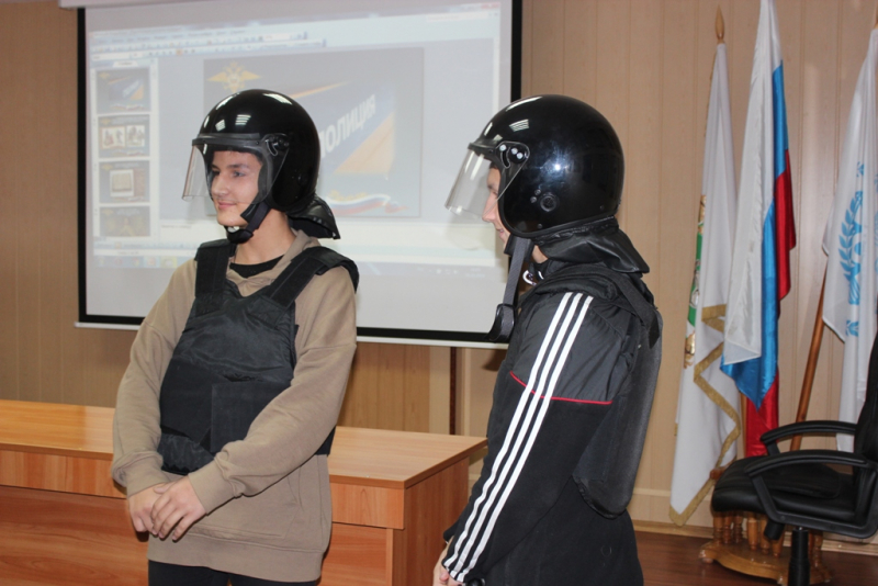 Полицейские организовали экскурсию для старшеклассников