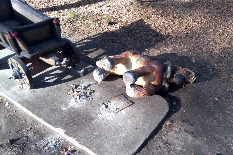 Хулиганы вновь сломали фигурку в парке