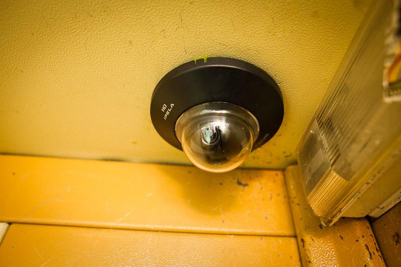 Ранее судимый северчанин украл из подъезда камеру видеонаблюдения