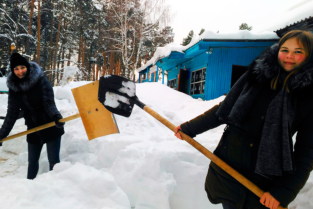 Волонтеры и соцработники помогают пенсионерам с уборкой снега