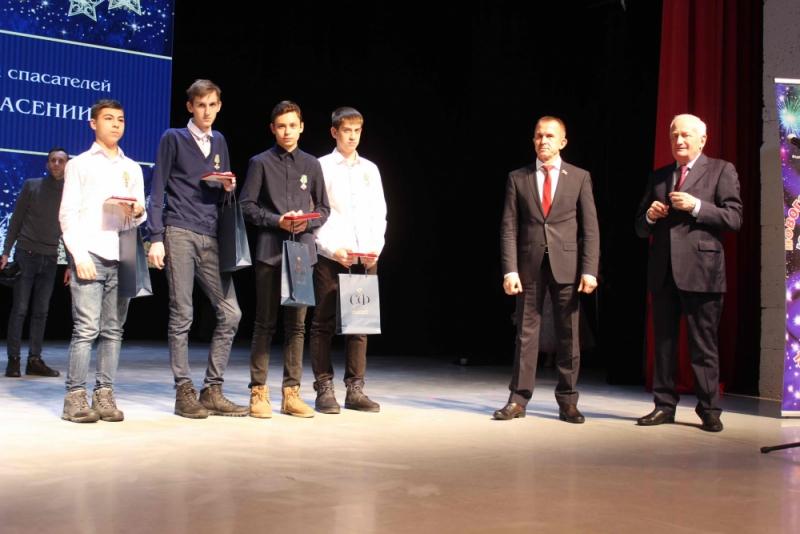Наградили подростков, спасших провалившегося под лед мальчика
