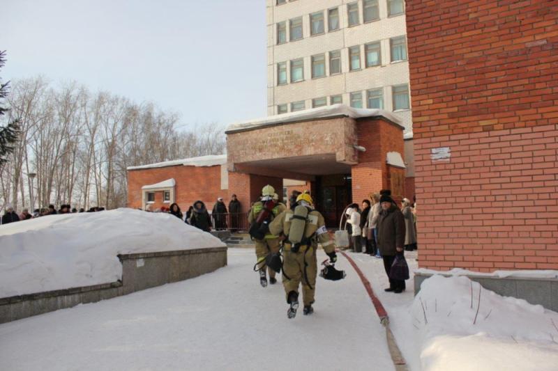 Пожарные провели тактико-специальные учения на здании Консультативно-диагностического центра № 1 Северской клинической больницы