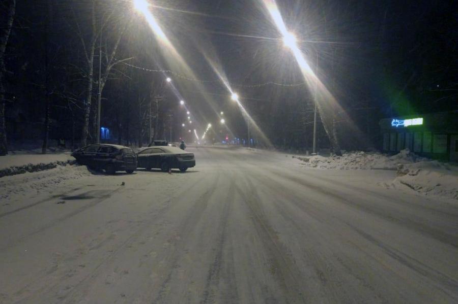 Вчера на проспекте Коммунистическом не смогли разъехаться два автомобиля