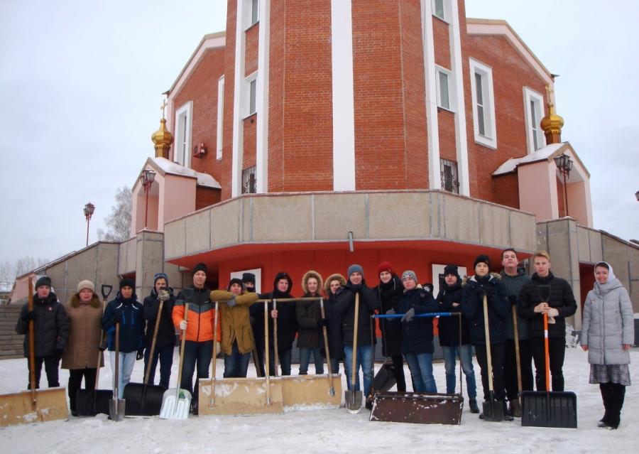 Студенты СПК убрали территорию северского храма в рамках акции «Снежный десант»
