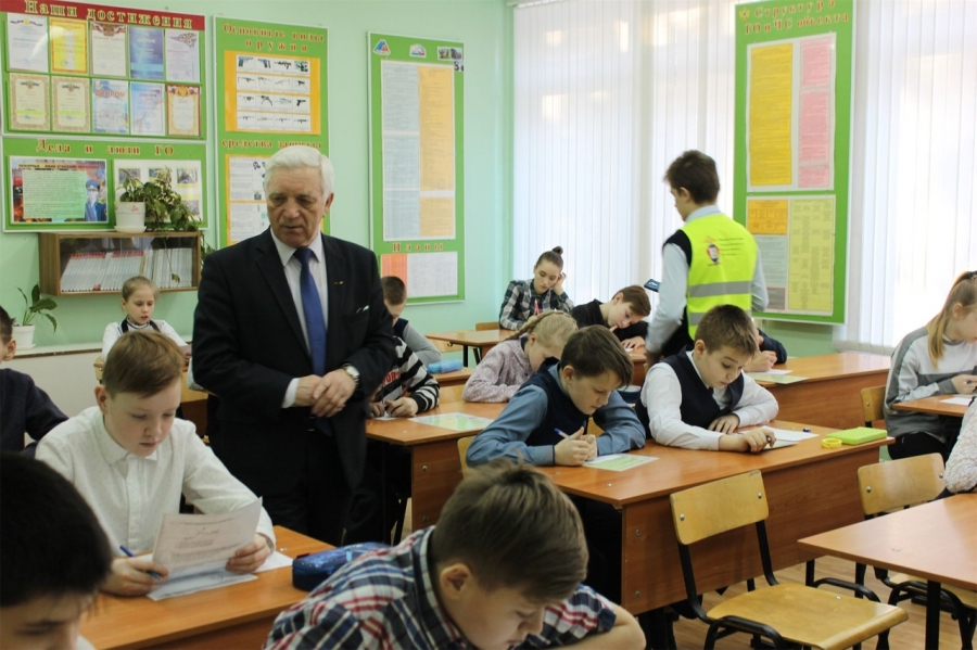В преддверии каникул сотрудники полиции провели для школьников олимпиаду по ПДД