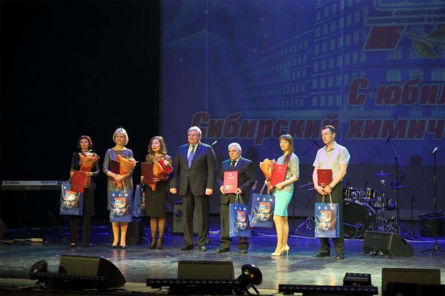Губернатор наградил работников и ветеранов СХК