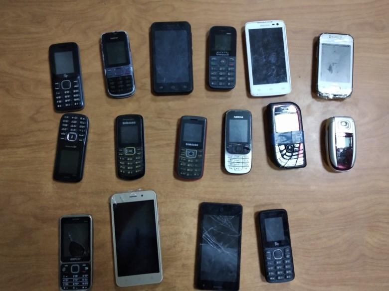 Двое северчан пытались перебросить телефоны в колонию