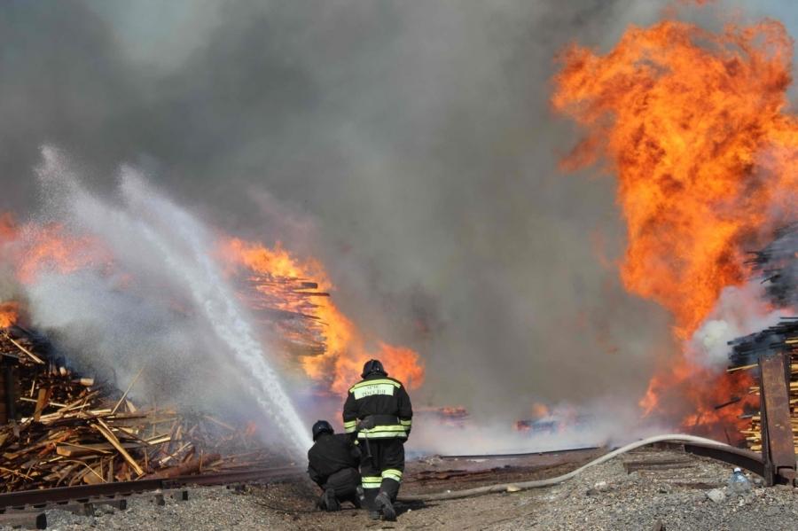 17 часов потребовалось пожарным, чтобы ликвидировать крупное возгорание на территории лесоперерабатывающей организации в поселке 2-м ЛПК