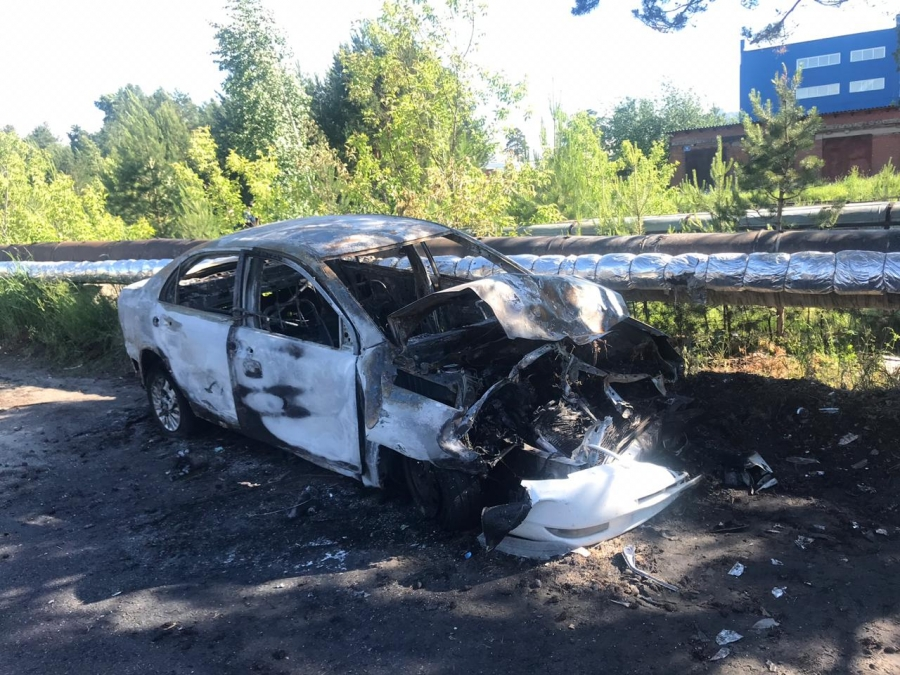 В Северске автомобиль врезался в стоящий большегруз и сгорел