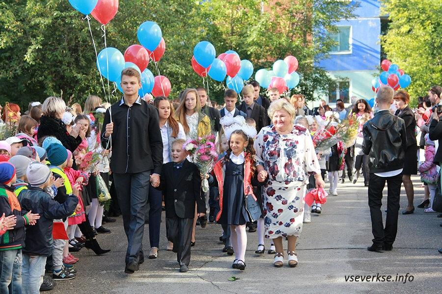 Сегодня во всех школах проходят праздничные линейки