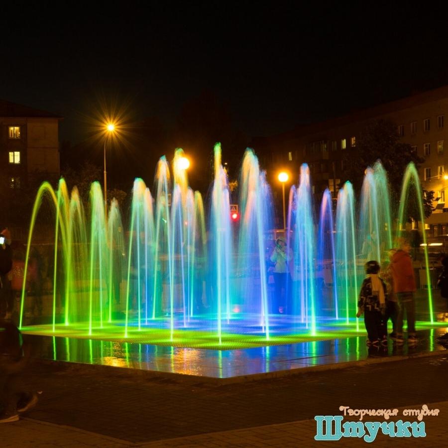 В Северске торжественно открыли новый светодинамичный фонтан «Крестики-Нолики»
