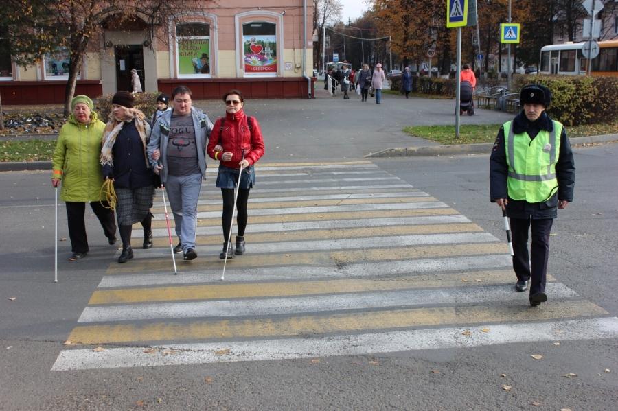 Сотрудники ГИБДД совместно учащимися Северского лицея и группой пешеходов с ограниченным зрением провели акцию «Белая трость»