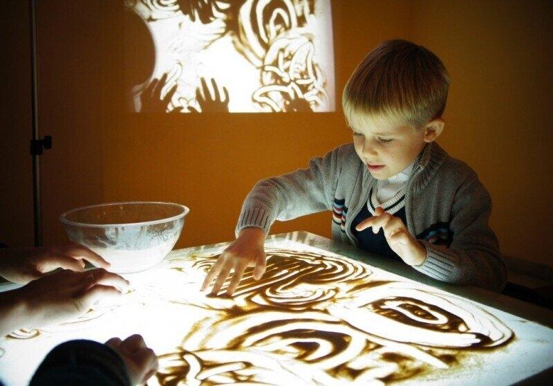 Набор детей на бесплатное обучение рисованию на песке