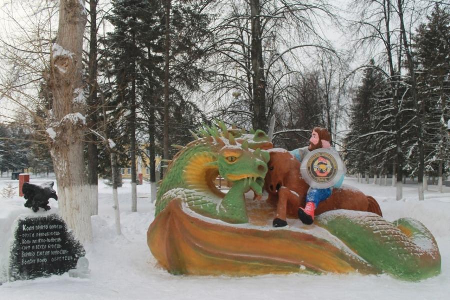 Военнослужащие создали фигуры из снега и льда