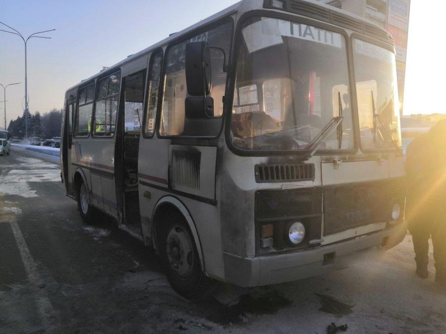 Водитель загоревшегося автобуса сам потушил огонь