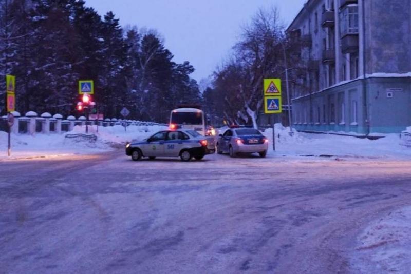 Сотрудники полиции устанавливают обстоятельства дорожно-транспортного происшествия