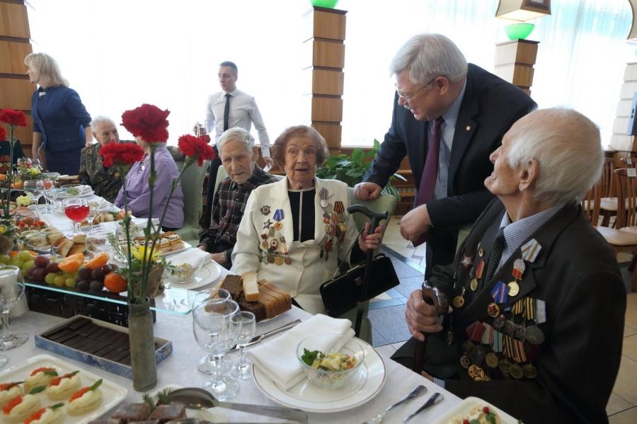 Губернатор Сергей Жвачкин вручил ветеранам юбилейные медали