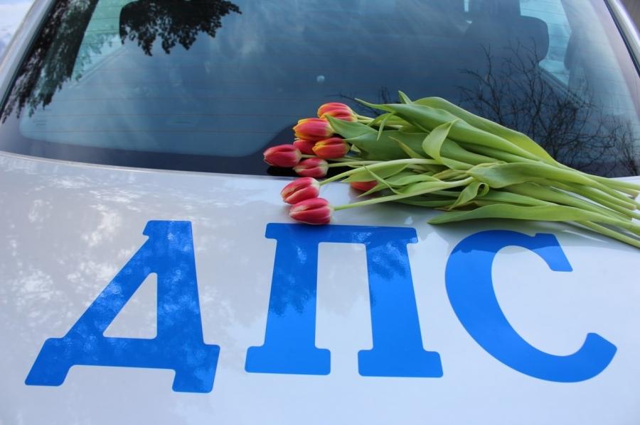 Сотрудники Госавтоинспекции и их юные помощники поздравили с 8 марта участниц дорожного движения