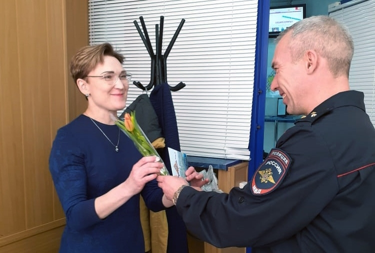 В Северске сотрудники отделения по вопросам миграции и регистрационно-экзаменационного отдела ГИБДД поздравили женщин с Международным женским днём