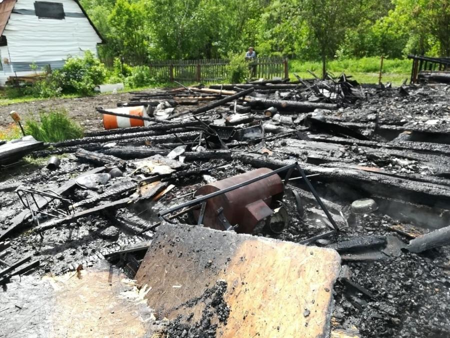 Удар молнии послужил причиной пожара на Поперечке
