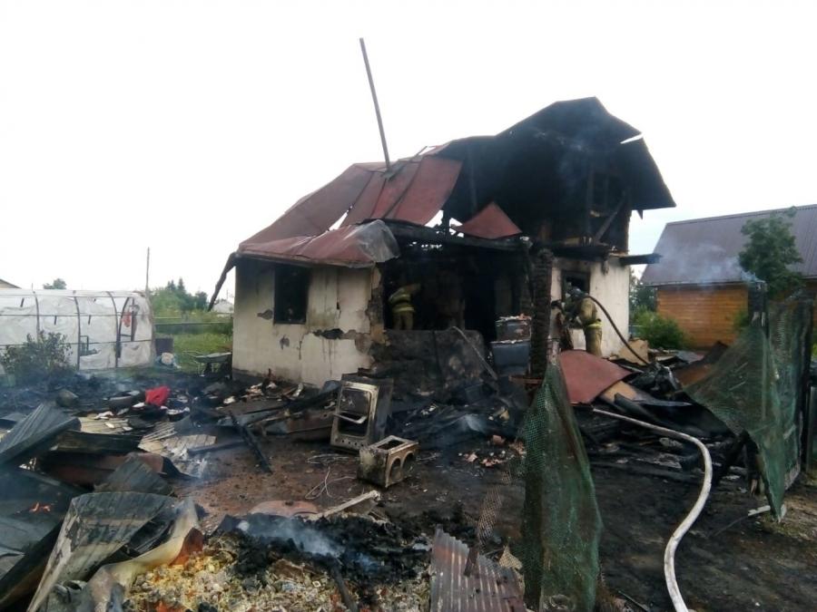В ЗАТО Северск за одну ночь произошло 2 пожара дачных домов. Один человек скончался