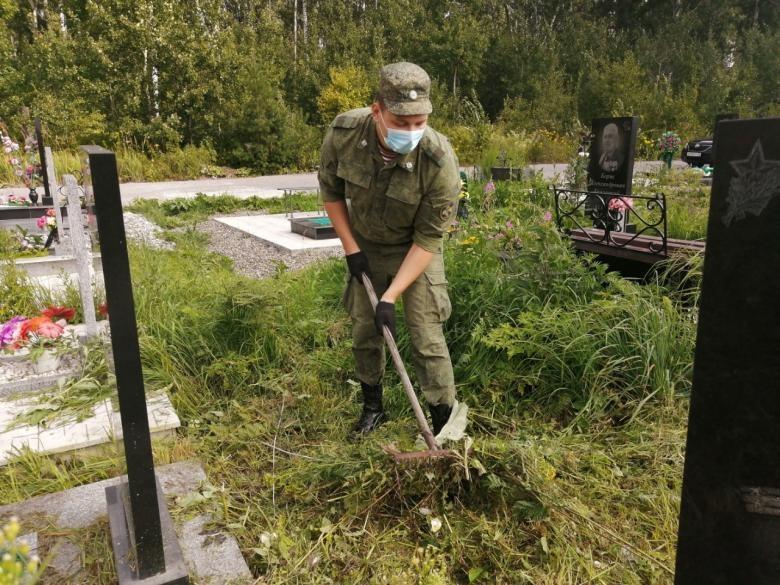 Военнослужащие облагородили могилы участников Великой Отечественной и афганской войн в Северске