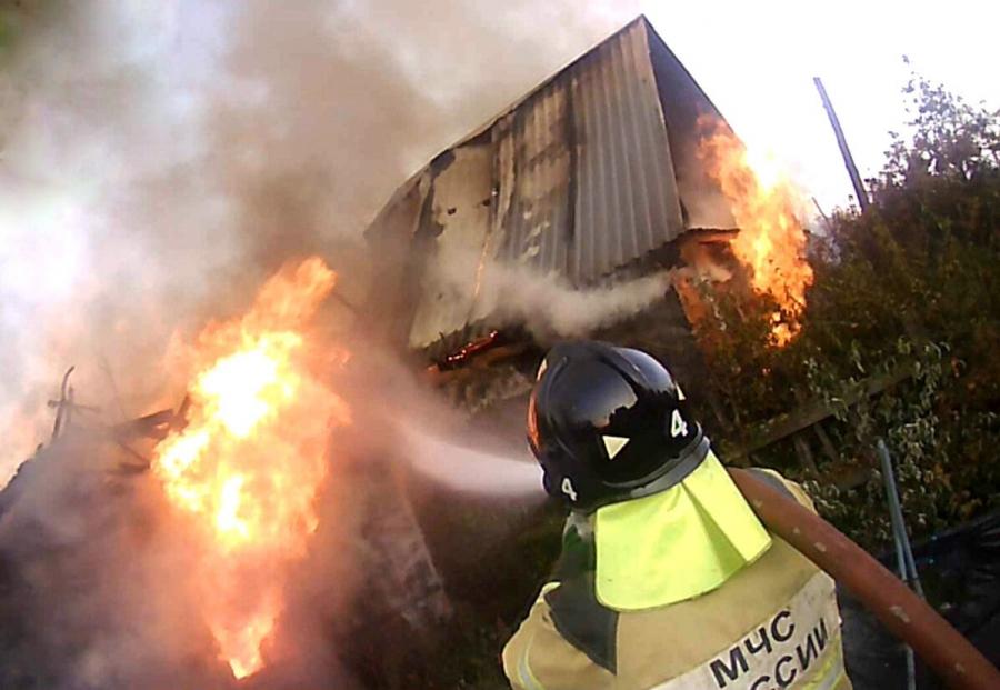 В Иглаково произошел пожар на трех садовых участках