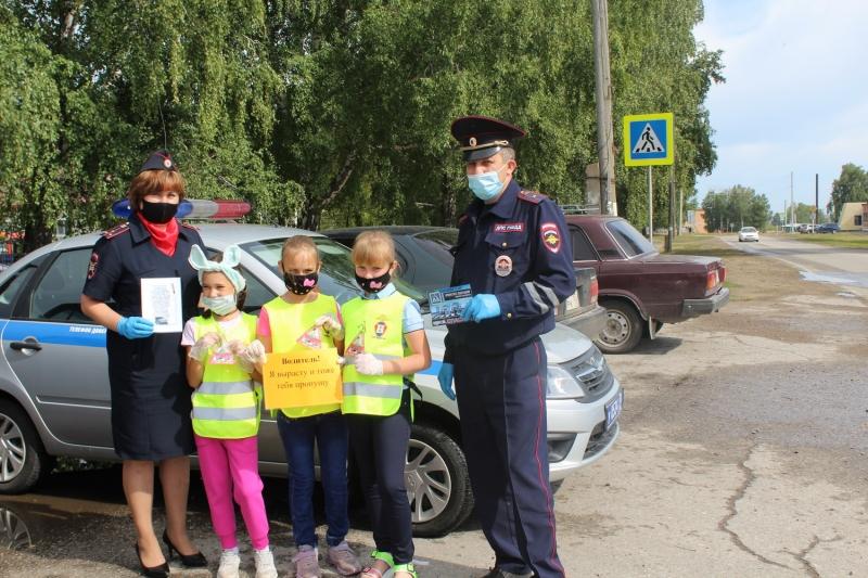 В Томской области полицейские и юидовцы напомнили водителям о мерах безопасности на дороге