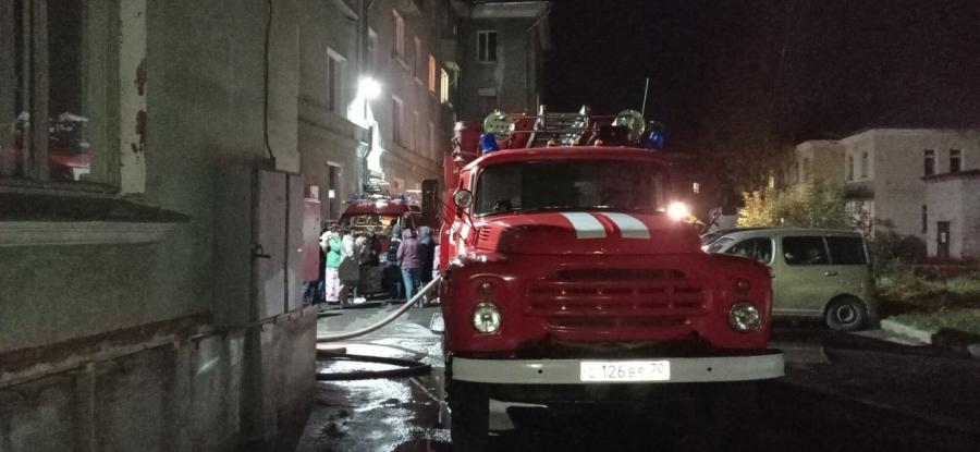 25 человек тушили пожар в двухкомнатной квартире на улице Калинина
