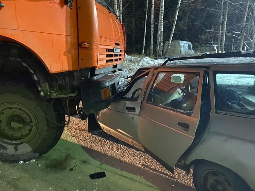 Водитель автомобиля попал в больницу после столкновения с вахтовым автобусом
