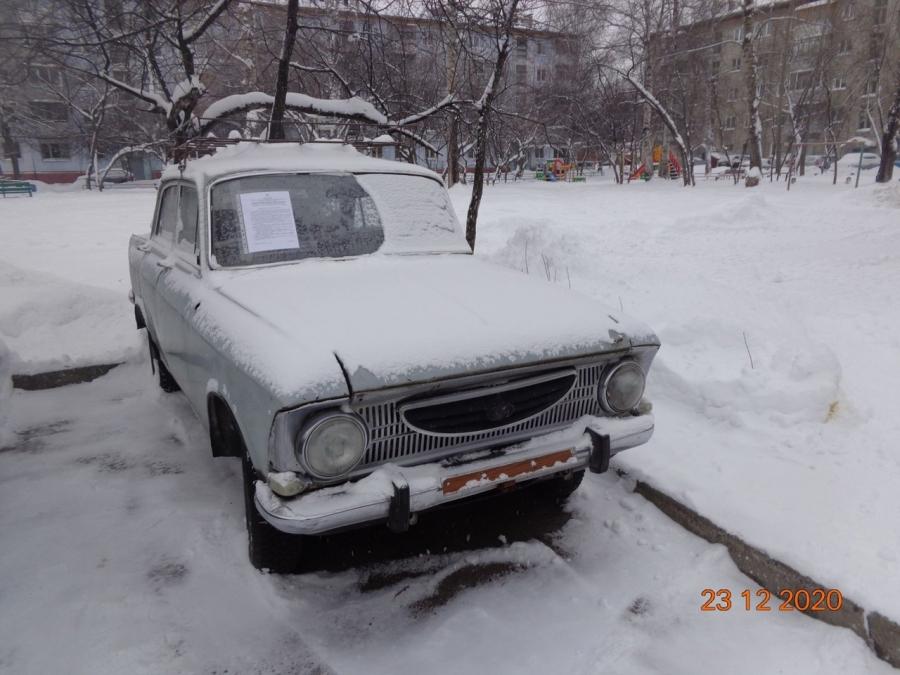 Собственника Москвича просят убрать автомобиль из двора