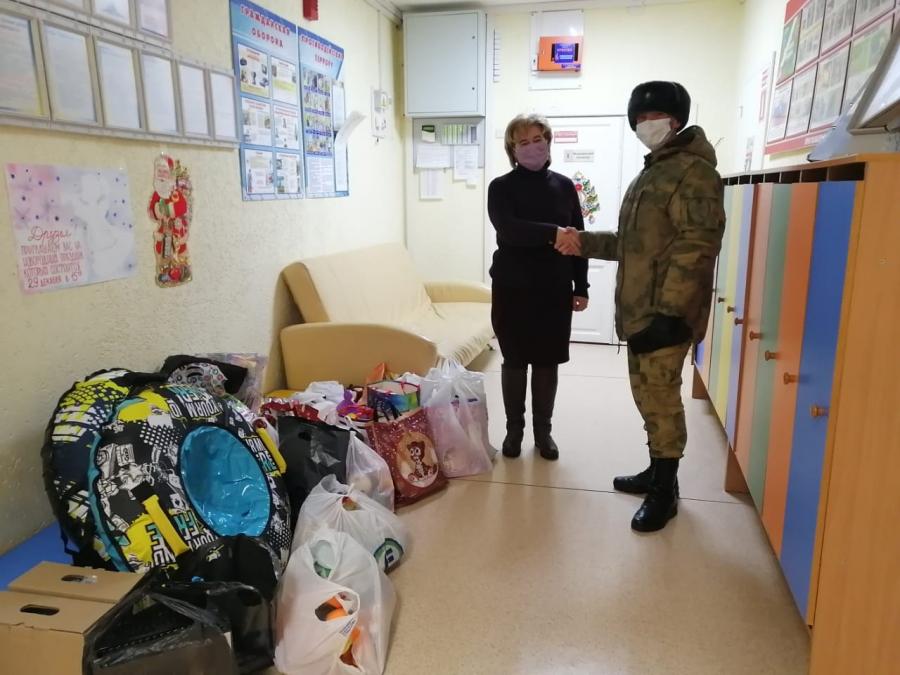 Военнослужащие вручили новогодние подарки воспитанникам детского дома