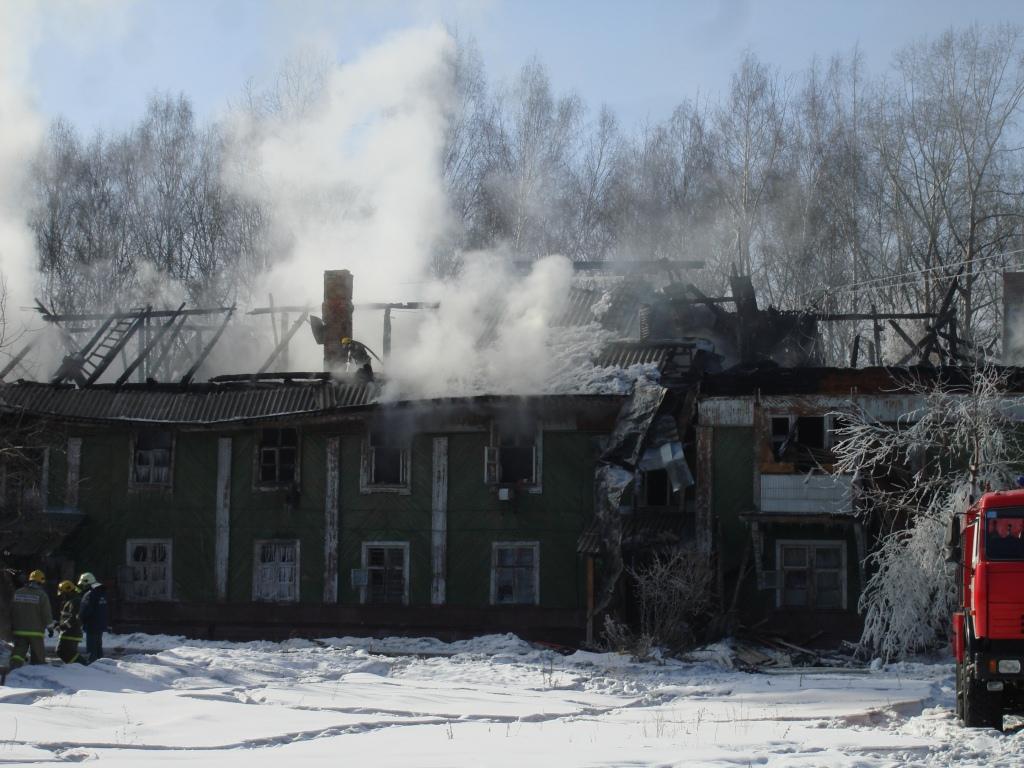 На улице Комсомольской горит деревянный дом
