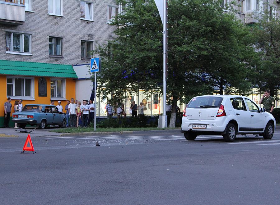 "Пешеход, будь внимателен! На тротуаре ""Жигули"""